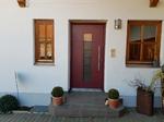 Weinrote Haustüre in Weilach